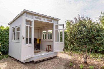 Une petite construction dans un jardin pour servir de boudoir ou d'espace fumeurs