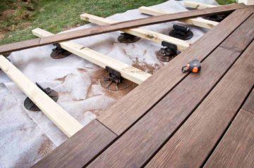 Un terrasse en bois sur plots en cours de contruction