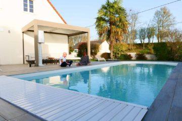 La terrasse en céramique et tour de piscine