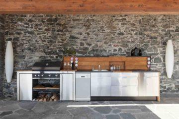 Une belle cuisine d'été ou d'extérieur aménagée avec barbecue et électroménager