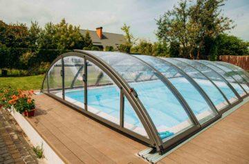 Un abri de piscine sur un terrain privé