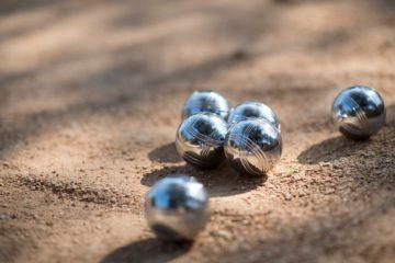 Des boules d epétanque sur un terrain adapté
