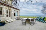 Belle maison en pierre avec vue sur mer et sa terrasse en béton