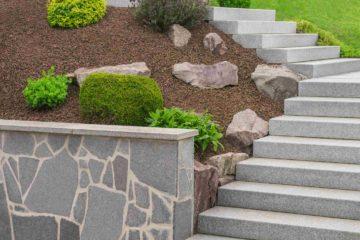 Un très belle escalier en pierres dans un jardin paysager