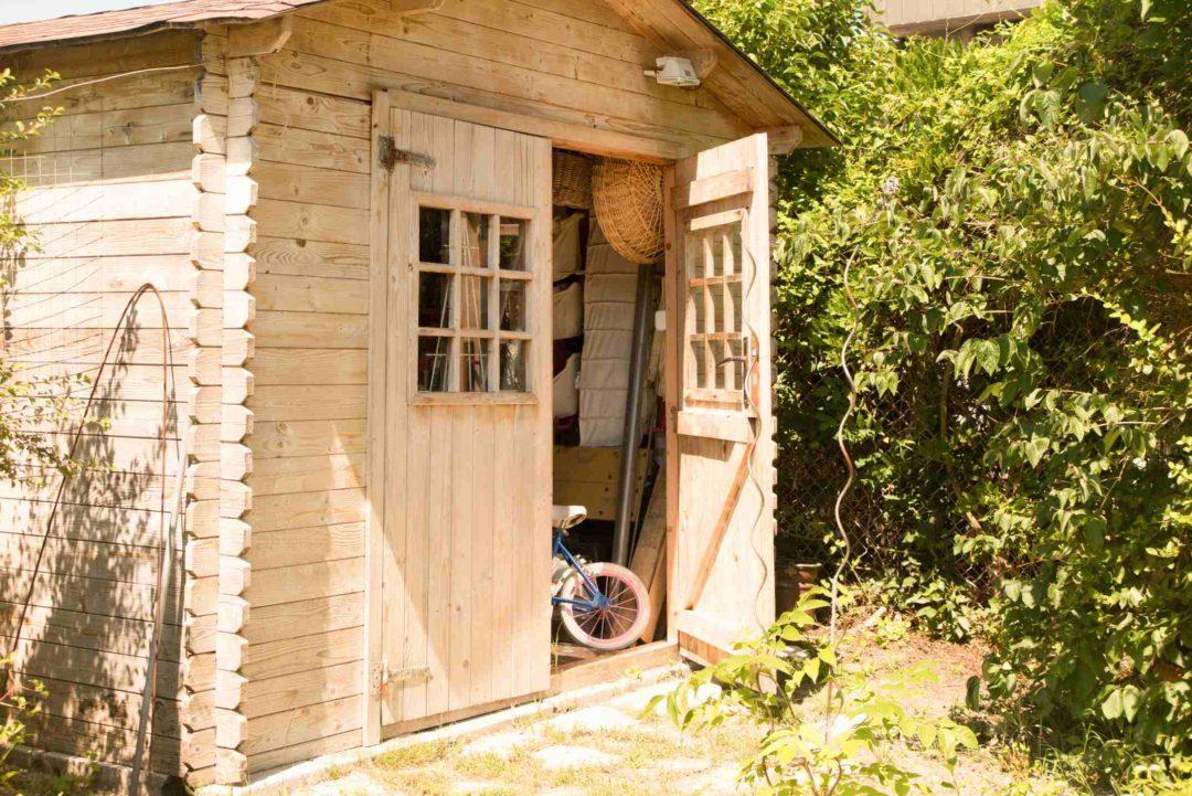 Un cabane, abri de jardin permettant d'avoir un espace de rangement