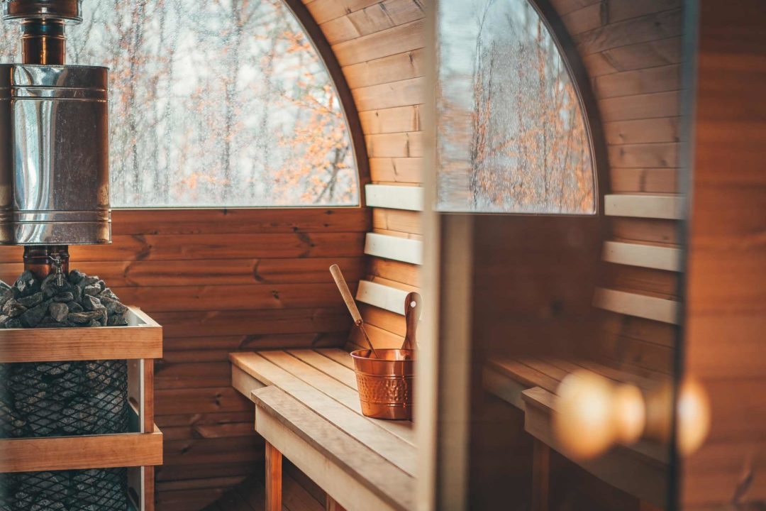 L'intéireur d'un sauna installé dans un jardin