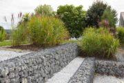 Des murets de gabion dans un jardin paysager