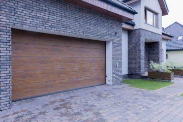 Une belle maison avec un grand garage