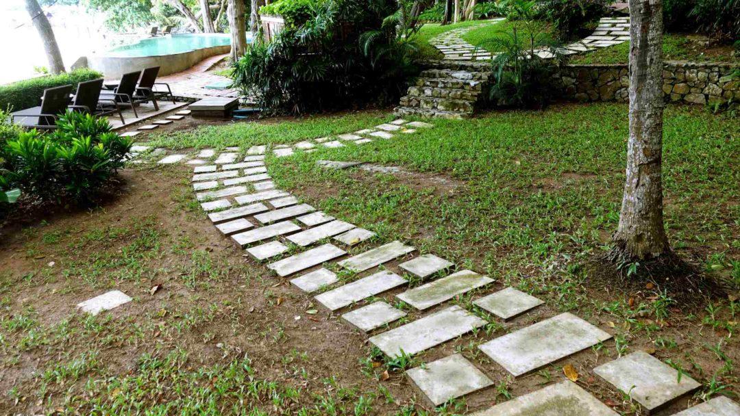 Chemin pavé pour guider les piéton dans un jardin et éviter une ligne de désir