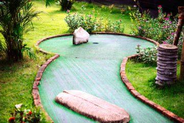 Un mini-golf installé dans un jardin particulier