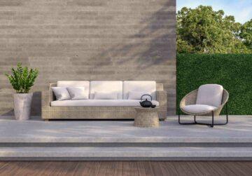 Un beau salon d'extérieur avec mur en béton