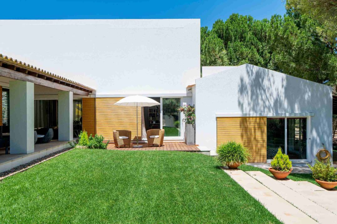 Une belle maison neuve et son terrain aménagé d'un jardin paysager