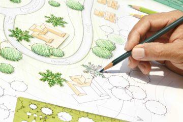 Un architecte paysagiste dessine le plan d'un aménagement paysager