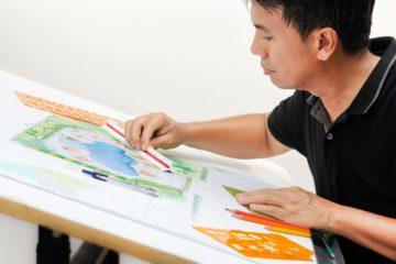 Un architecte paysagiste travail sur un projet sur plan