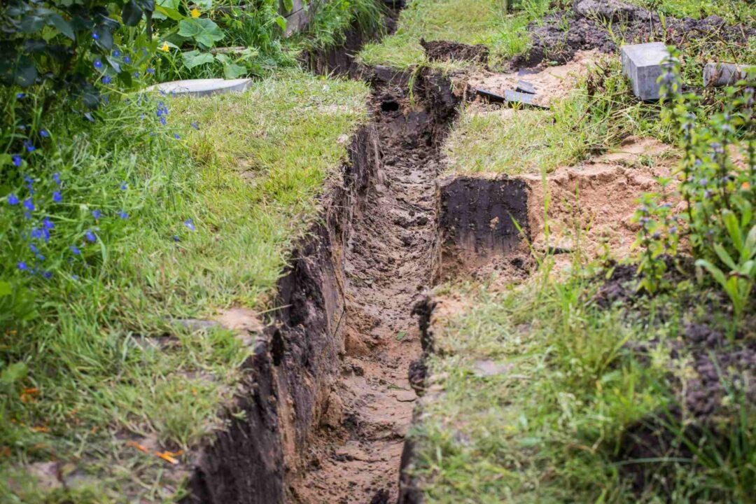 Des tranchées sur un terrain pour effectuer des opérations de drainage