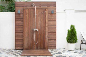Une douche d'extérieur installée sur une terrasse