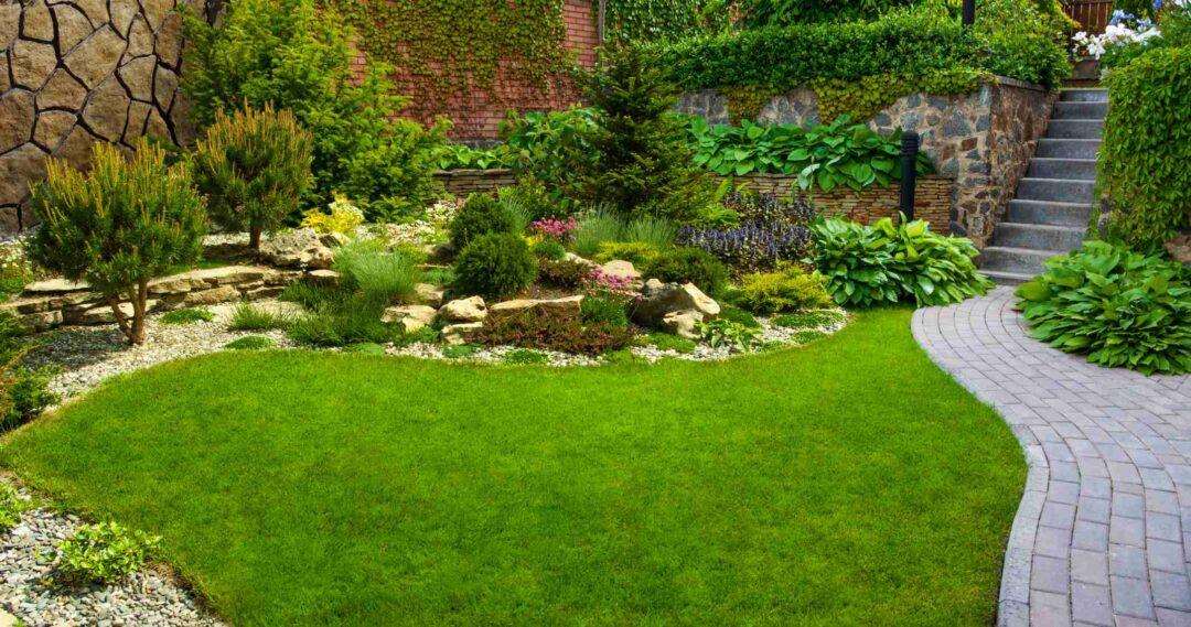 Un beau jardin paysager personnalisée avec allée et escalier