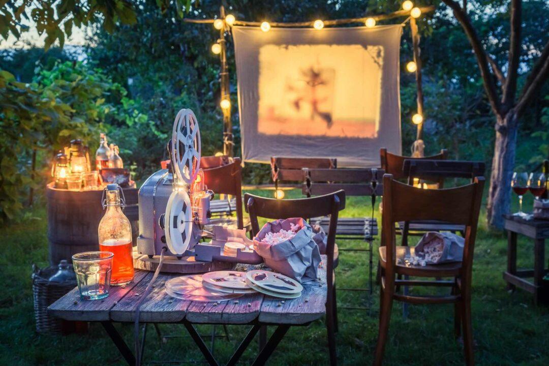 Une prjection de film amateur lors d'une soirée dans un jardin privé