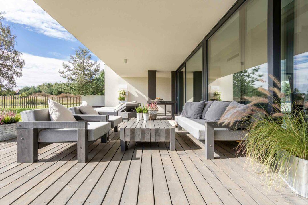 Une belle terrasse aménagée d'une maison neuve