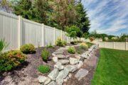 jardin paysager avec cloture pour se protéger du vis-à-vis