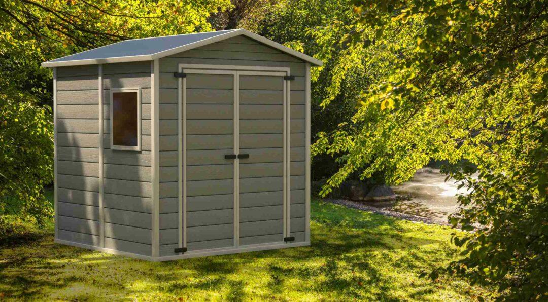 Une cabane, espace de stockage et de rangement, dans un jardin