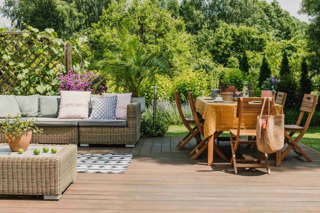Un salon d'été sur une terrasse dans un beau jardin