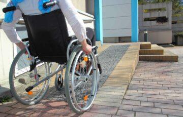 Une rampe d'accès pour personne hadicapée en fauteuil roulant