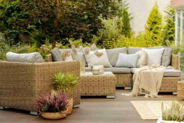 Un élégant salon de jardin posé sur une terrasse en bois