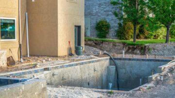 Un piscine en transformation ou rénovation sur un terrain en cours de travaux de paysagisme