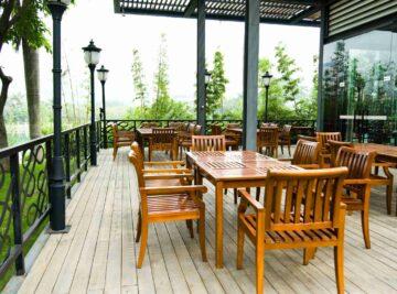 La terrasse aménagée d'un restaurant