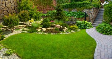 Un très beau jardin paysager décoré avec de la pelouse et des galets