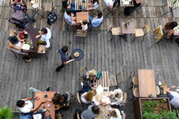 La terrasse d'un café-restaurant en plein service