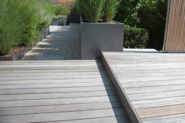 Des lattes de bois en guise de revêtement dans une jardin, une terrasse