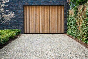 Une allée de garage avec un reveêtement composé de béton désactivé