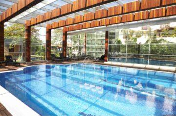 Une belle piscine protégée par une veranda pour une utilisation toute l'année