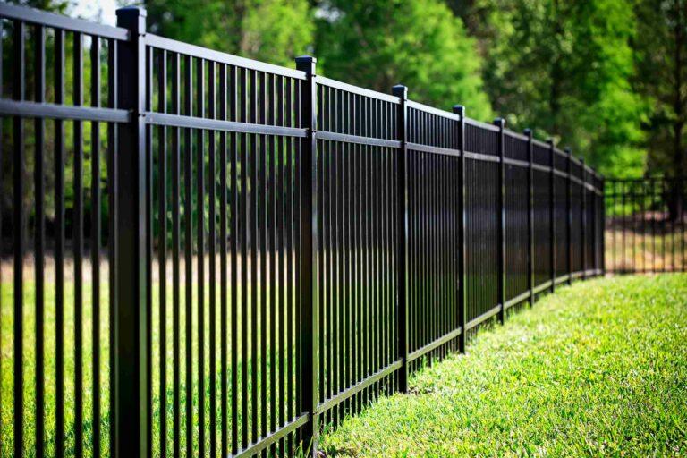 Une belle clôture en aluminium pour délimiter un terrain
